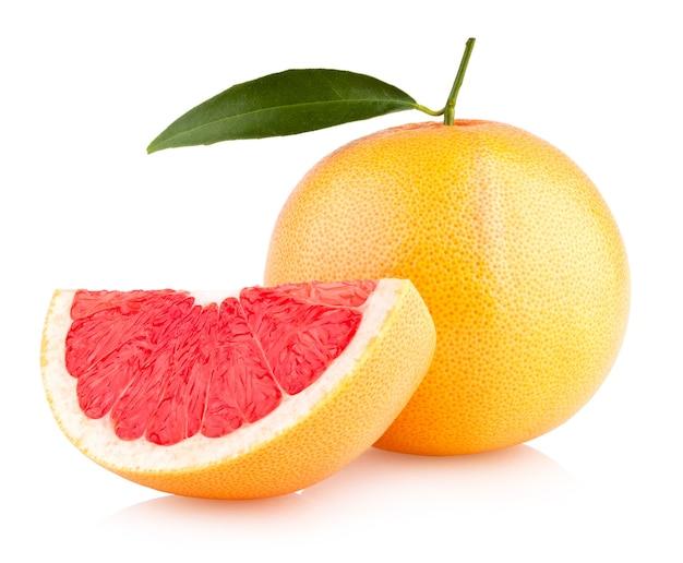 白い背景で隔離の熟したグレープフルーツ