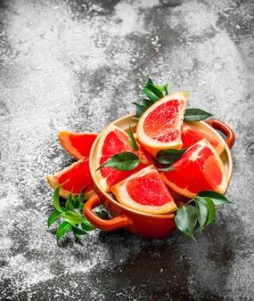 ボウルに熟したグレープフルーツのかけら。