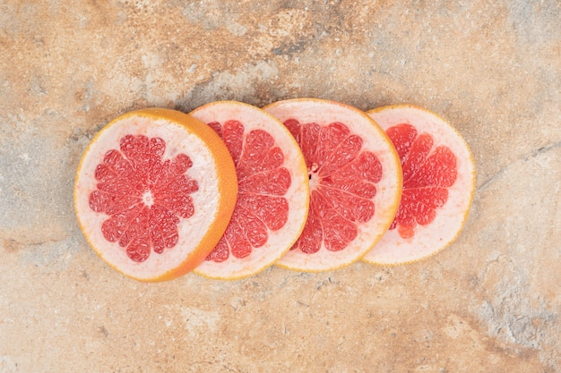 大理石の表面に熟したグレープフルーツのスライス。