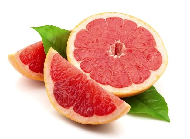 Спелый грейпфрут с листьями на белом фоне Premium Фотографии