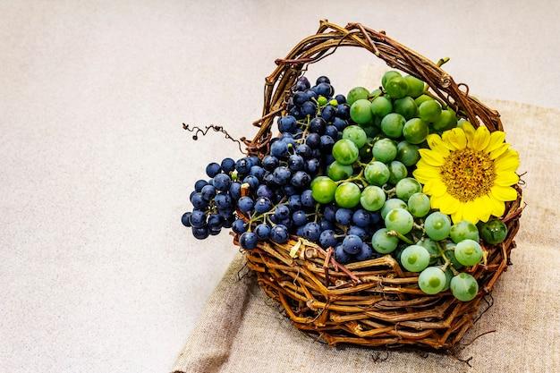 Спелый виноград в корзине ручной работы