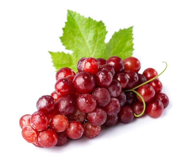 Спелый виноград с листьями на белом фоне.