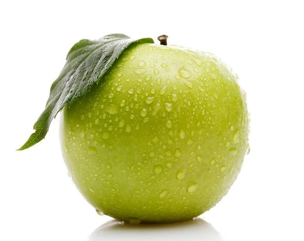 흰색 표면에 고립 된 잎과 익은 녹색 사과