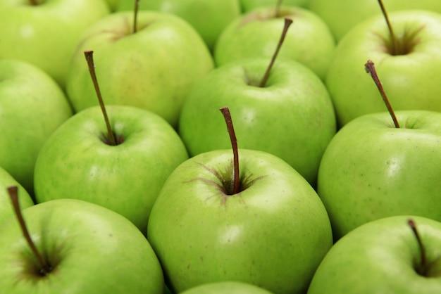 익은 녹색 사과 닫습니다.