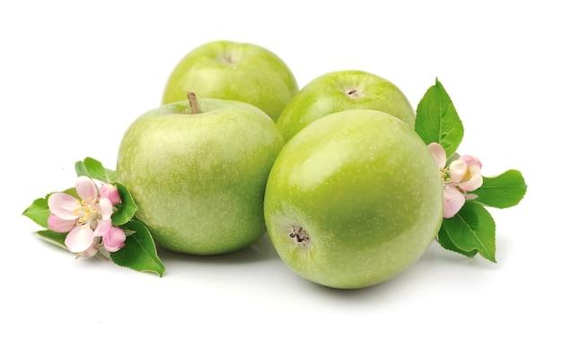 Спелые зеленые яблоки плоды с листьями крупным планом
