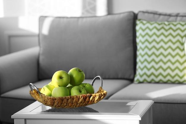 部屋のテーブルに熟した青リンゴ