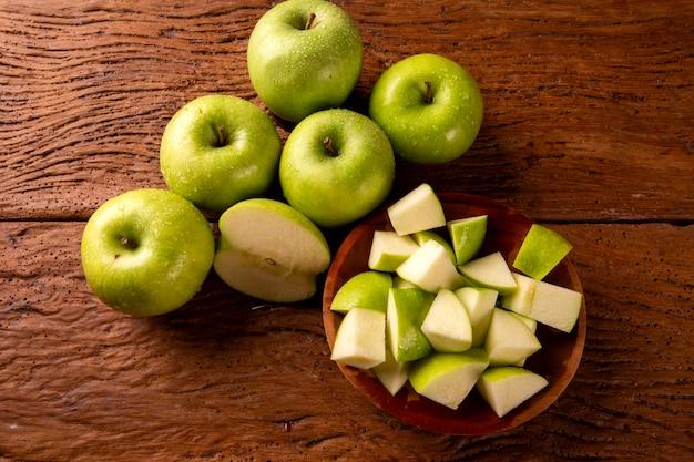 테이블에 익은 녹색 사과 닫습니다. 프리미엄 사진