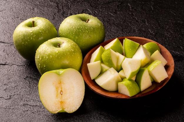 테이블에 익은 녹색 사과 닫습니다.