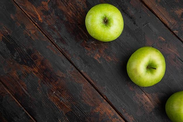 잘 익은 녹색 사과 세트, 오래된 어두운 소박한 테이블 배경, 위쪽 뷰 플랫 레이, 텍스트 복사 공간