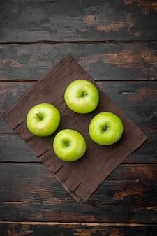 잘 익은 녹색 사과 세트, 오래된 어두운 소박한 테이블 배경, 평면도