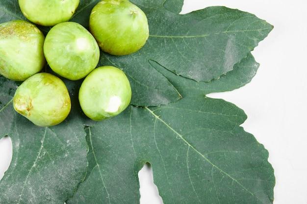 잎에 잘 익은 녹색 무화과. 확대. 고품질 사진