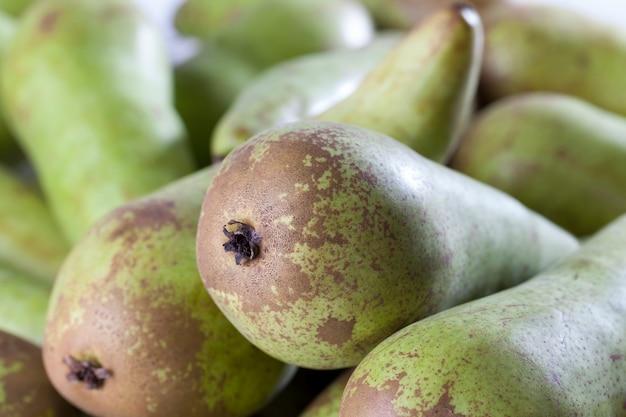 Спелые зеленые груши после сбора урожая