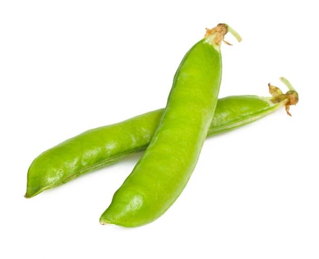Спелый зеленый горошек в оболочке изолированные