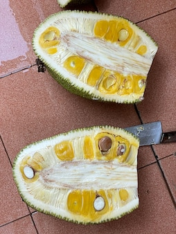 바닥에 익은 jackfruit 조각