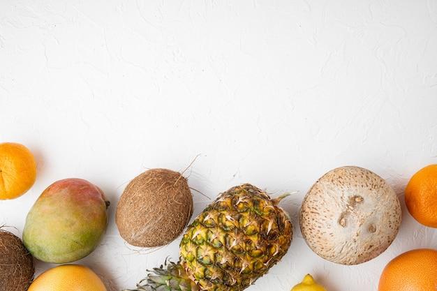 잘 익은 육즙 신선한 열대 과일 세트, 흰색 돌 테이블 배경, 상위 뷰 평면 누워, 텍스트 복사 공간