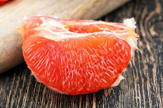 잘 익은 즙이 많은 자몽 슬라이스, 바로 먹을 수 있는 감귤 즙이 많은 핑크 자몽