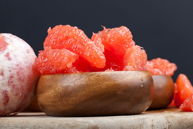 Спелый сочный грейпфрут нарезанный, готовый к употреблению цитрусовый сочный розовый грейпфрут