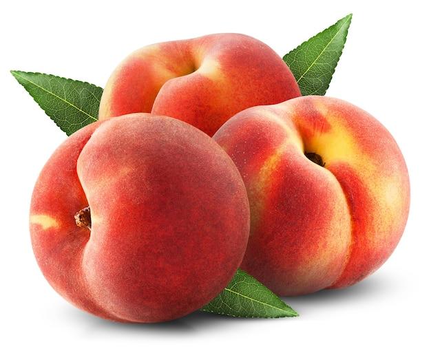 Спелые сочные персики с листьями на белом