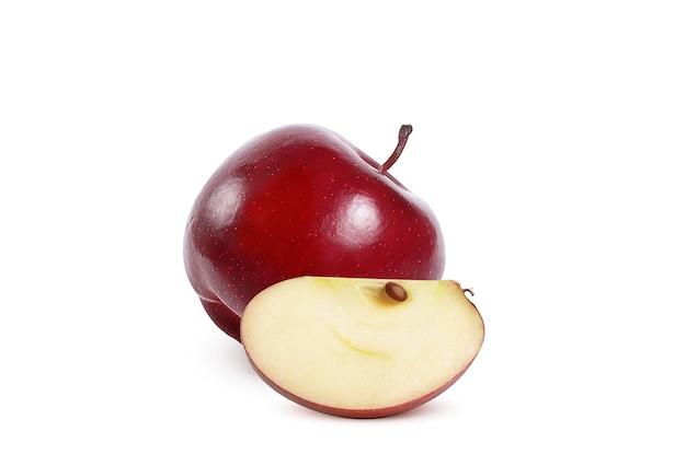 白地に熟したジューシーな赤いリンゴ