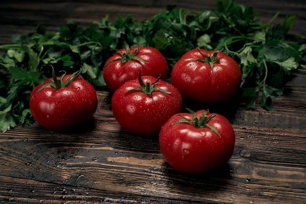 Спелые сочные помидоры на деревянной доске