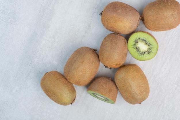石の背景に熟したキウイフルーツ。高品質の写真 無料写真