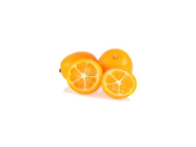 白い背景に分離された熟したキンカン果実