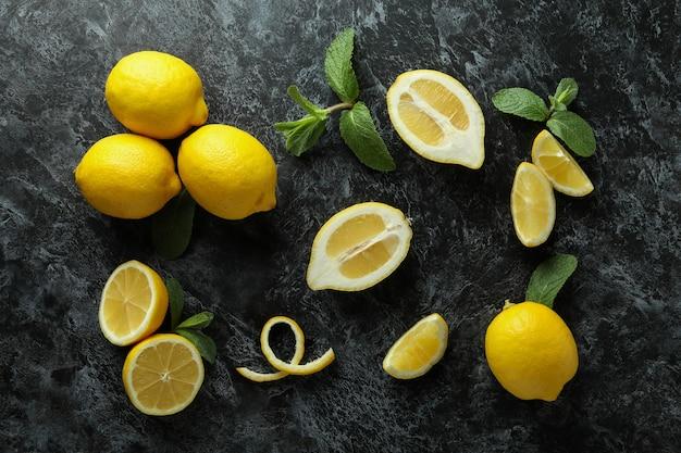 Спелые лимоны на черном дымке, вид сверху