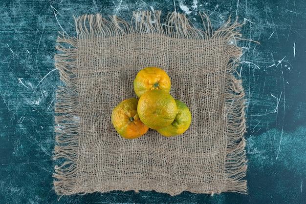 대리석 테이블에 익은 만다린 과일.
