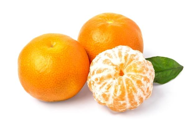 흰색 바탕에 잎 클로즈업으로 익은 관화. 흰색 배경에 잎이 있는 귤 오렌지. 클리핑 경로 포함