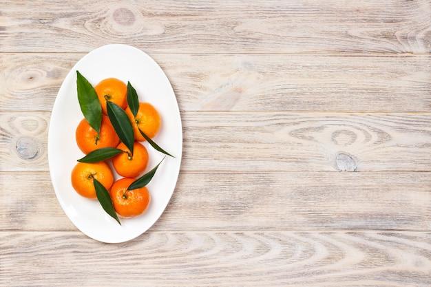 Спелый мандарин с листьями, мандариновый апельсин на деревянный стол фон с копией пространства