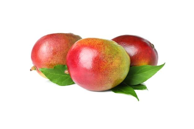 白で分離された熟したマンゴー果実