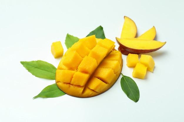 Спелые плоды манго на белом фоне, крупным планом