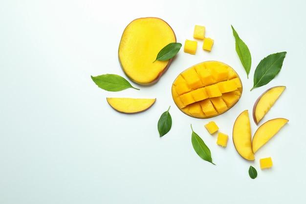 Спелые плоды манго на белой поверхности, вид сверху