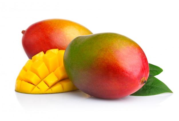 Спелые плоды манго с ломтиками, изолированные на белом