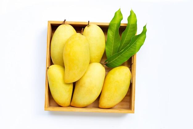 木製の箱で完熟マンゴー