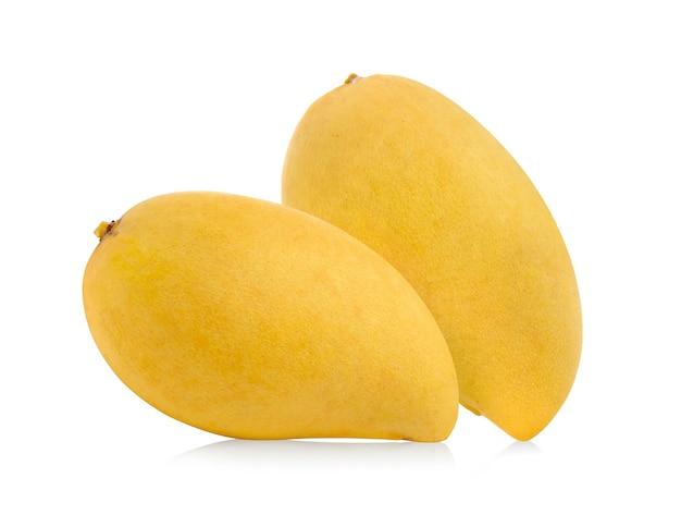 白い表面に分離された熟したマンゴー