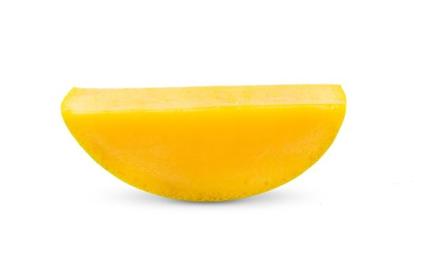 白い表面に分離された熟したマンゴースライス