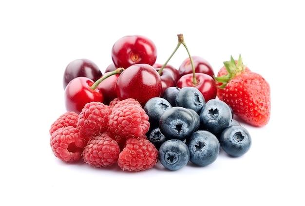 Спелая ягодная смесь. черешня, малина, черника и клубника.