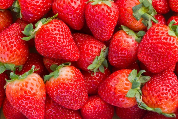 新鮮な赤いイチゴの背景の熟したクローズアップ