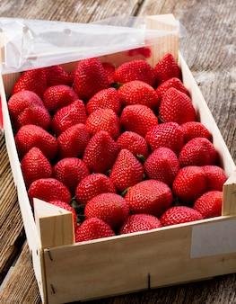 木枠に新鮮な赤いイチゴの熟した