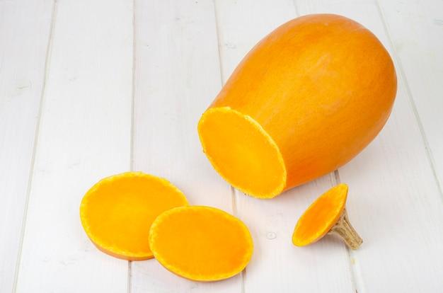 Нарезанные спелые апельсиновые орехи. студийное фото.