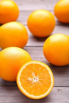 회색 배경에 익은 오렌지 과일