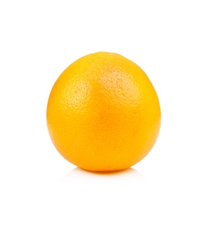 白に分離された熟したオレンジ