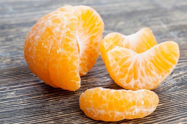テーブルの上の熟したオレンジ