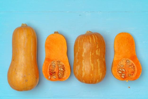 Спелые оранжевые тыквы на синем фоне вид сверху