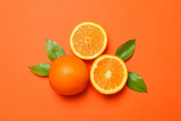Спелых апельсинов и листьев на цвет фона. пространство для текста