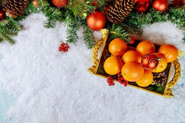 장식 된 크리스마스 트레이에 잘 익은 오렌지. 건강 식품 개념.
