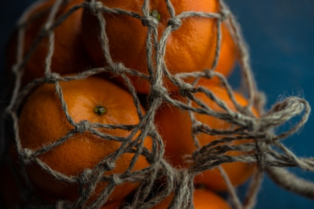 Спелые органические апельсины на темных деревянных