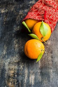 Спелые органические апельсины на темном деревянном
