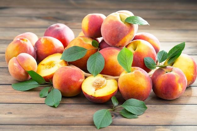 Спелые органические персики